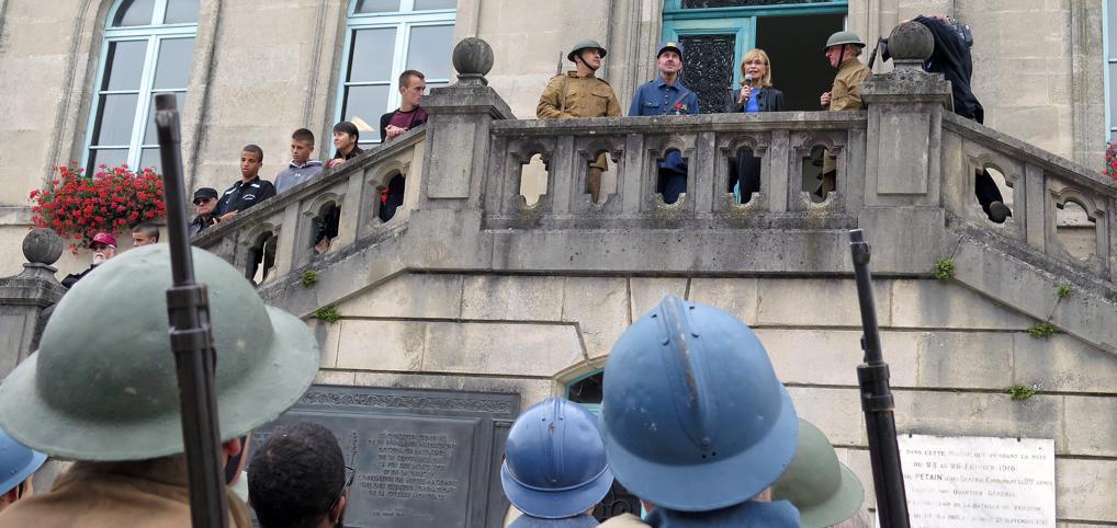 Sandra Pershing au balcon de l'hôtel de ville du QG de la IIè Armée Française.