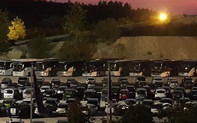 Quelques dizaines de bus sur le parking du spectacle, … à proximité de la tribune … photo prise lors de la soirée du 30 juin 2018