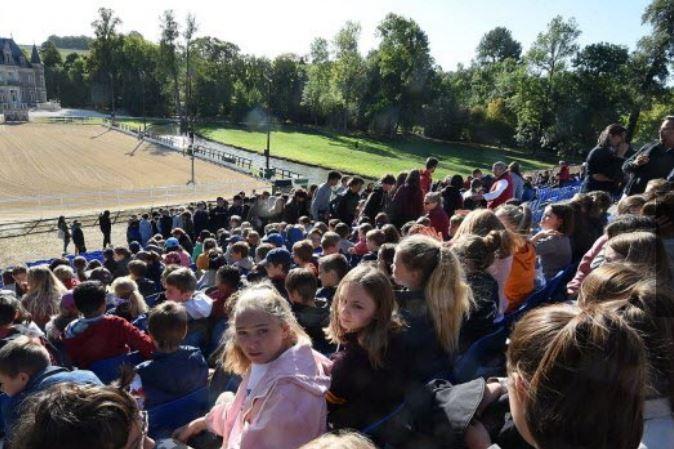 Ce vendredi matin, plus de 3000 scolaires sont venus admirer le spectacle de la 4e biennale équestre de Thillombois organisé par Connaissance de la Meuse.