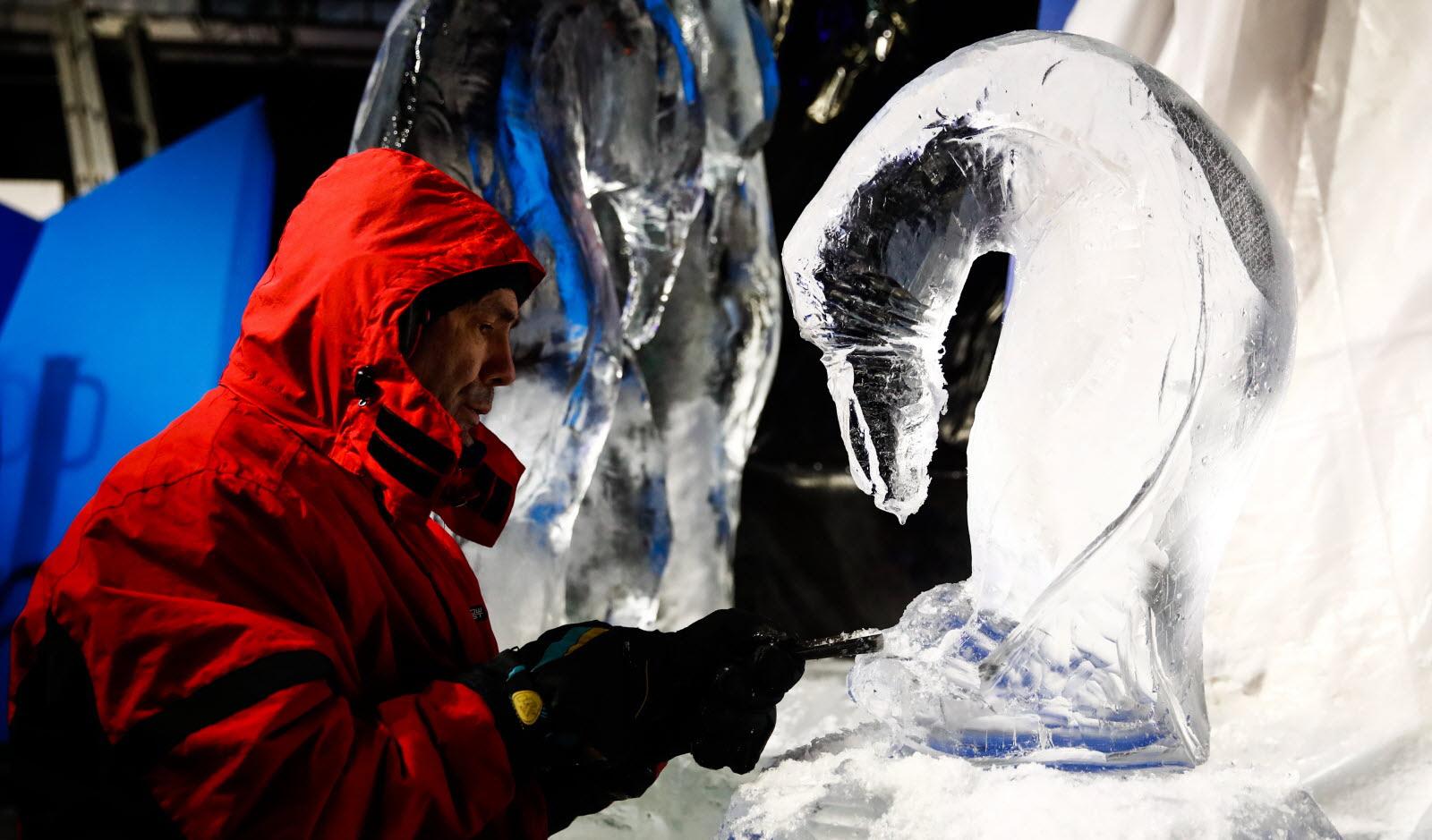 •Des manchots, des esquimaux, des chouettes de neige naîtront des blocs de glace sculptés par l'artiste de renom international Henry-Patrick Stein. Présent à chaque date, il créera en direct des sculptures monumentales et partagera son art.
